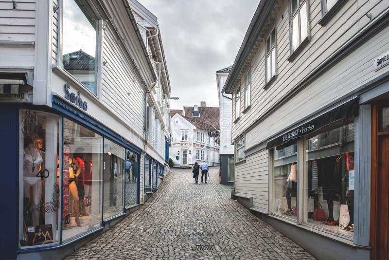 Norwegia, Stavanger, 07 30 2013 Smutna osamotniona starszej osoby para jest na opustoszałej ulicie Horyzontalna rama zdjęcia royalty free