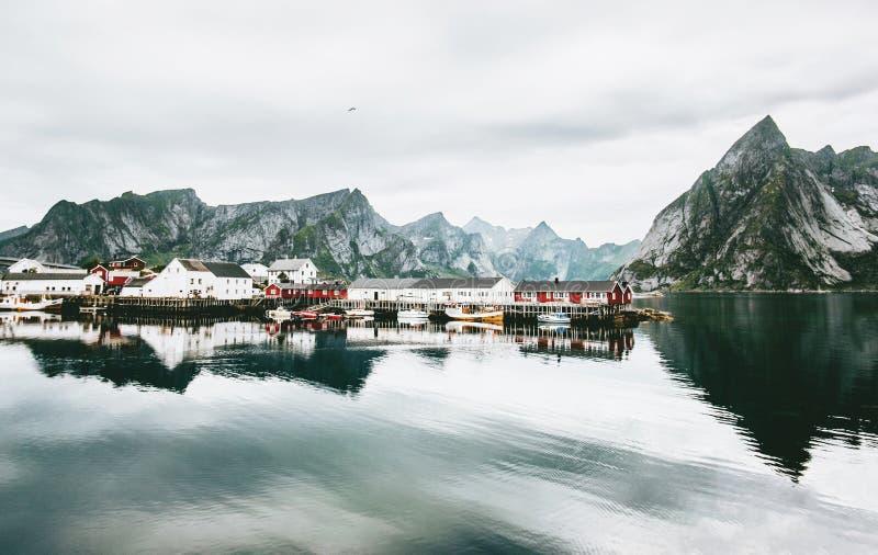 Norwegia wioska i gór skały nad fjord obrazy royalty free