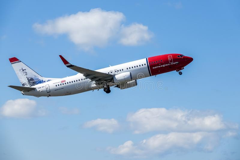 Norwegian Air Shuttle ASA, Boeing 737 - 800 decolam imagem de stock royalty free