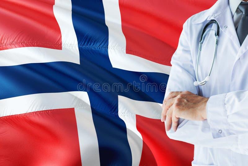 Norwegische Doktorstellung mit Stethoskop auf Norwegen-Flaggenhintergrund Nationales Gesundheitssystemkonzept, medizinisches Them lizenzfreie stockfotos