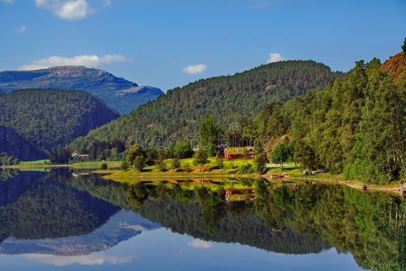 Norwegische Fjorde - Reflexion stockbild