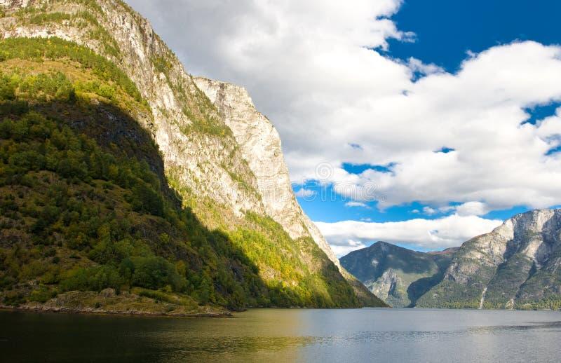 Norwegische Fjorde und blauer Himmel stockfoto