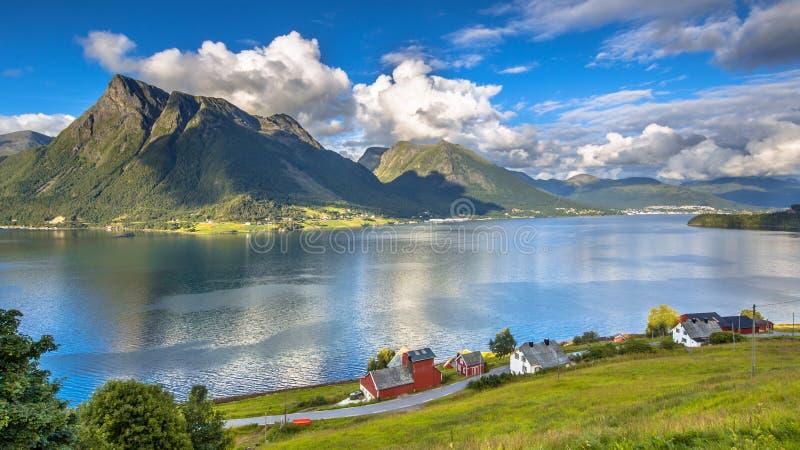 Norwegische Fjordlandschaft am sonnigen Tag stockfoto