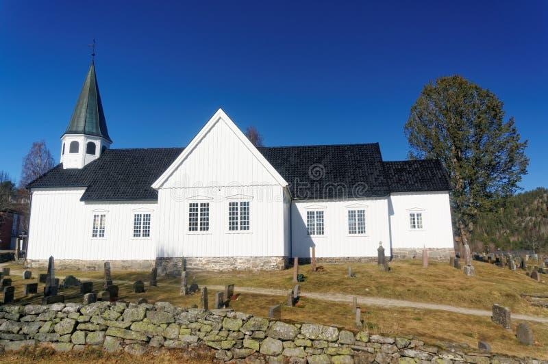 Norwegische Kirche und cemetry lizenzfreie stockfotos