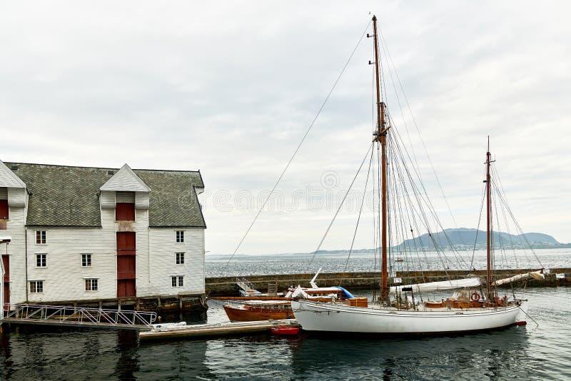 norwegische Ozeanstadt Alesund mit schönen Jugenstil-Häusern lizenzfreies stockfoto