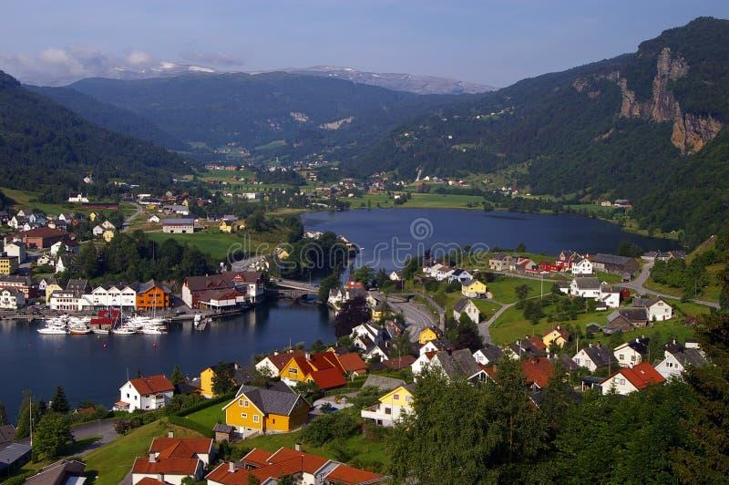 Norwegische Stadt durch Fjord stockfotos