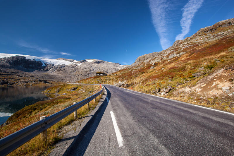 Norwegische Straße in den Bergen im Herbst lizenzfreie stockbilder