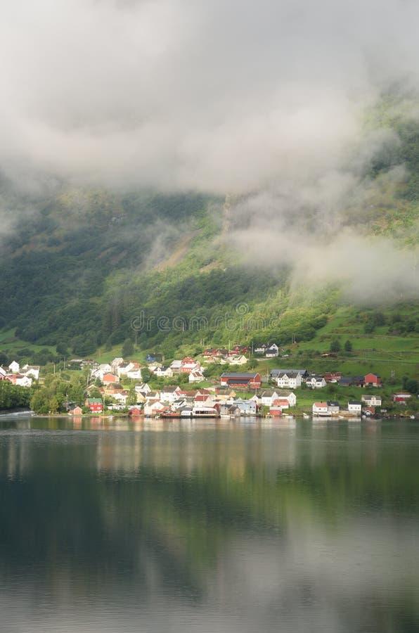 Norwegisches Dorf am Fuß Bergen lizenzfreies stockbild