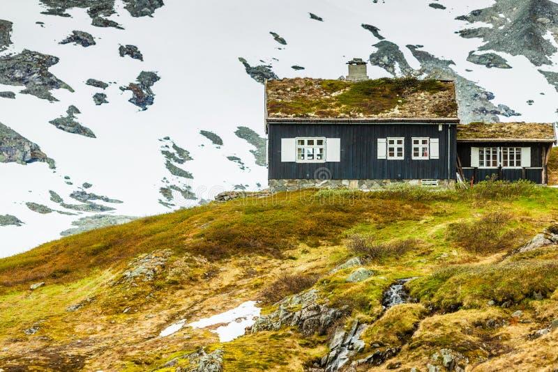 Norwescy starzy dom na wsi w górach obraz stock