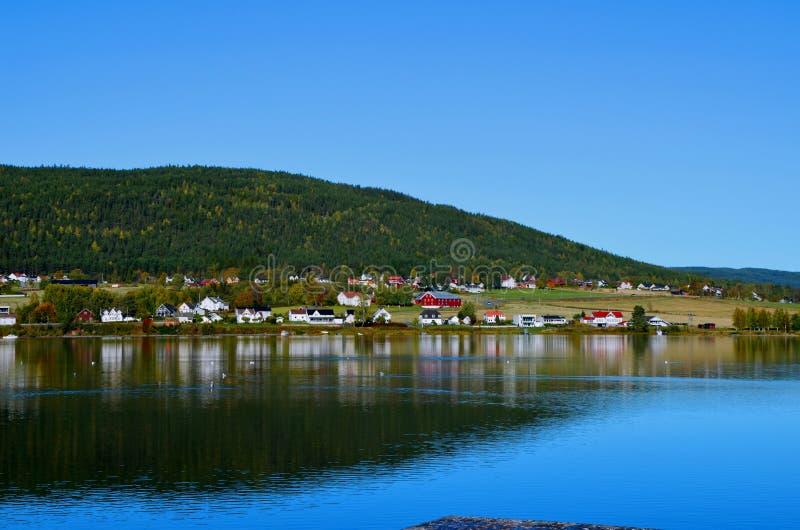 Norweska scena krajobrazowa z miejscowością w pobliżu jeziora obrazy royalty free