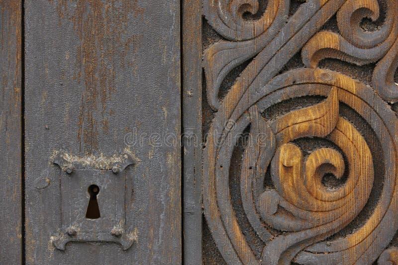 Norweski antyczny drewniany rzeźbiący drzwi z kędziorkiem Heddal kościół zdjęcia stock