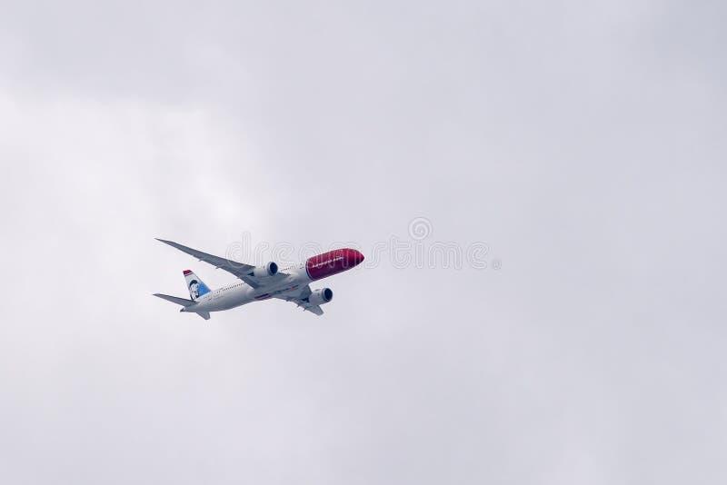 Norweski dalekiego zasięgu Boeing 787-9 Dreamliner w locie fotografia royalty free
