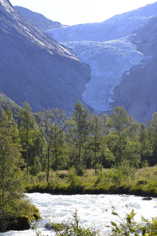 Norweski lodowiec z drewnami i białą wodą zdjęcia royalty free