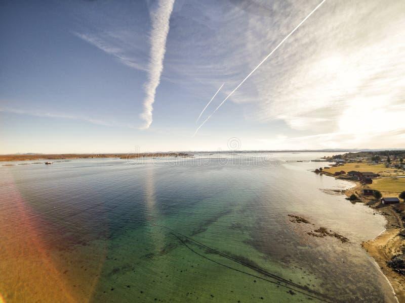 Norweski oceanu wybrzeże, architektura, roślinność, aquaculture fotografia stock