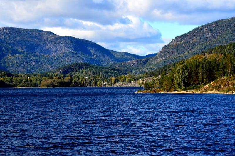 Norweskie krajobrazy przyrodnicze z niebieskim jeziorem i górami w tle obraz stock