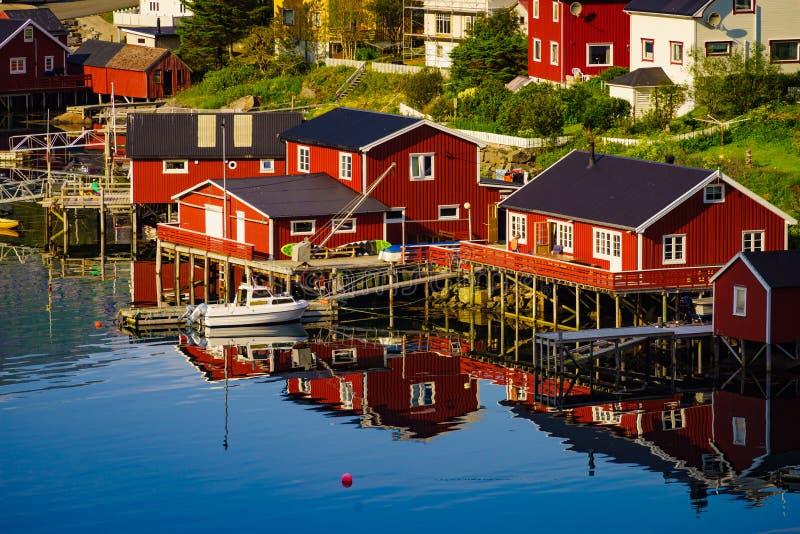 Norweskiej wioski rybackiej czerwone budy, Reine Lofoten Norwegia zdjęcie royalty free
