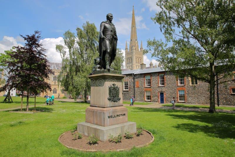 NORWICH, GROSSBRITANNIEN - 3. JUNI 2017: Eine Statue des Herzogs von Wellington mit der Norwich-Kathedrale im Hintergrund lizenzfreie stockfotos