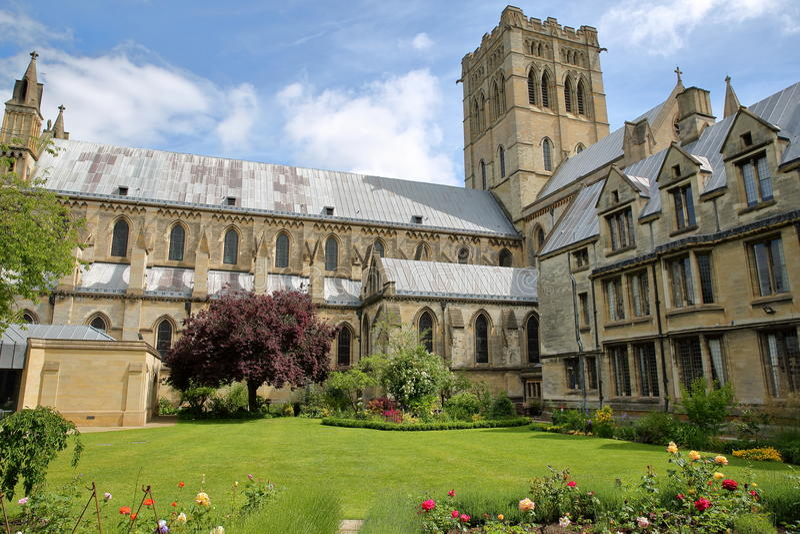 NORWICH, HET UK - 3 JUNI, 2017: Roman Catholic Cathedral van St John de Doopsgezinde en Kathedraaltuin stock fotografie