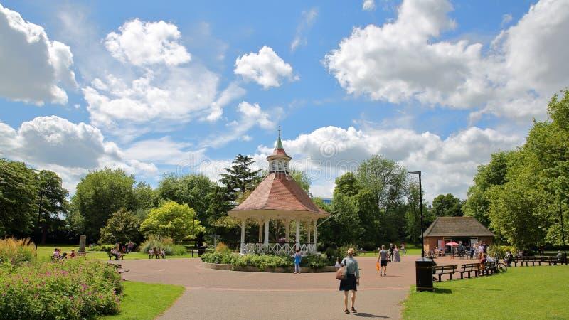 NORWICH, UK - CZERWIEC 4, 2017: Chapelfield ogródy z bandstand i pięknym niebem fotografia stock