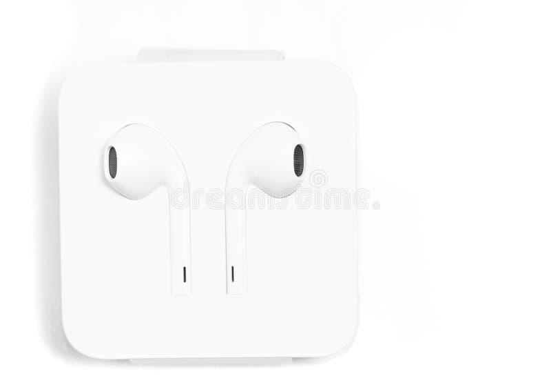 Nos fones de ouvido da orelha brancos no caso especial de Apple com lightnin foto de stock