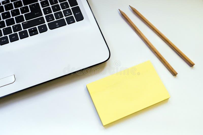 Nos lápis brancos de um caderno dois da tabela imagem de stock royalty free