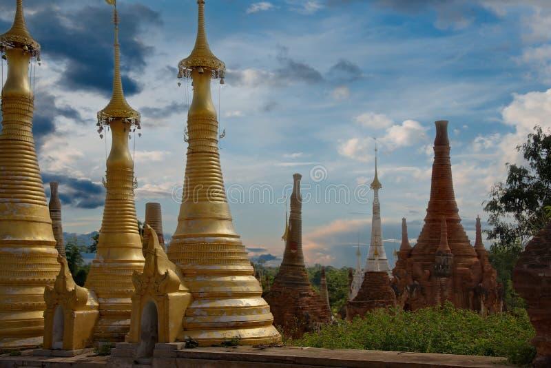 Nos stupas budistas abarrotados fotografia de stock royalty free
