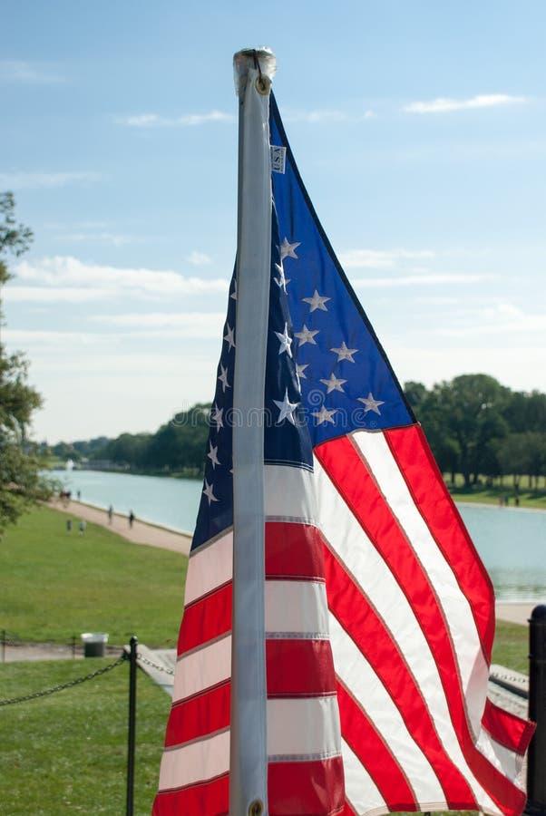 Nosotros bandera cerca de Lincoln Memorial Reflecting Pool foto de archivo