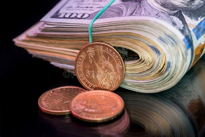 Nosotros dólar del rollo con la moneda aislada fotografía de archivo libre de regalías