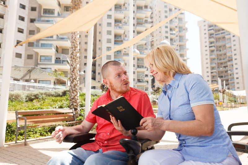 Nosotros que estudian la Sagrada Biblia fotografía de archivo libre de regalías