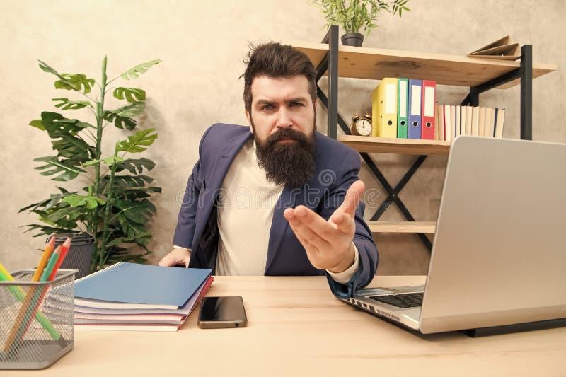 Nosotros que le contratan El reclutador barbudo del hombre sienta la oficina Concepto de la entrevista de trabajo Preguntas de la imagen de archivo