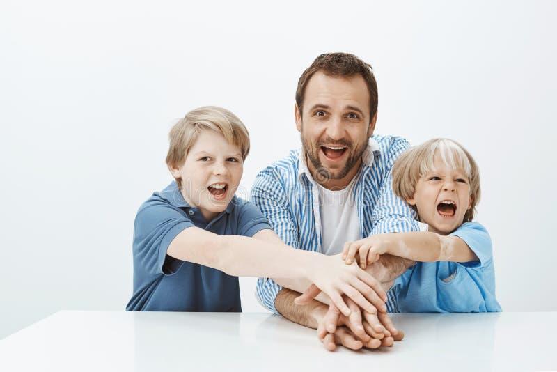 Nosotros todos en esto junto Retrato de la familia juguetona feliz que comparte momentos alegres, expresando la unidad y la felic fotografía de archivo libre de regalías