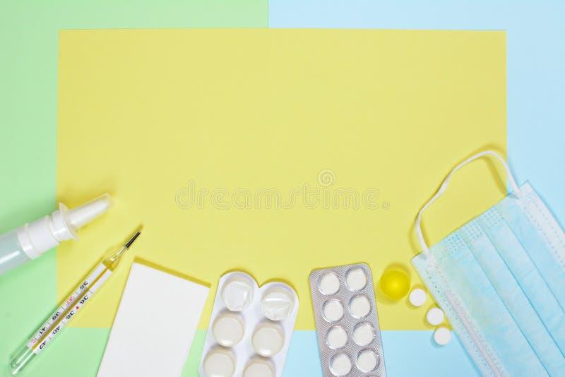 Nosowa kiść, chusteczki, termometr, medycyny, medyczna maska na zielonym błękitnym tle Zimny i grypowy traktowania pojęcie z obrazy royalty free