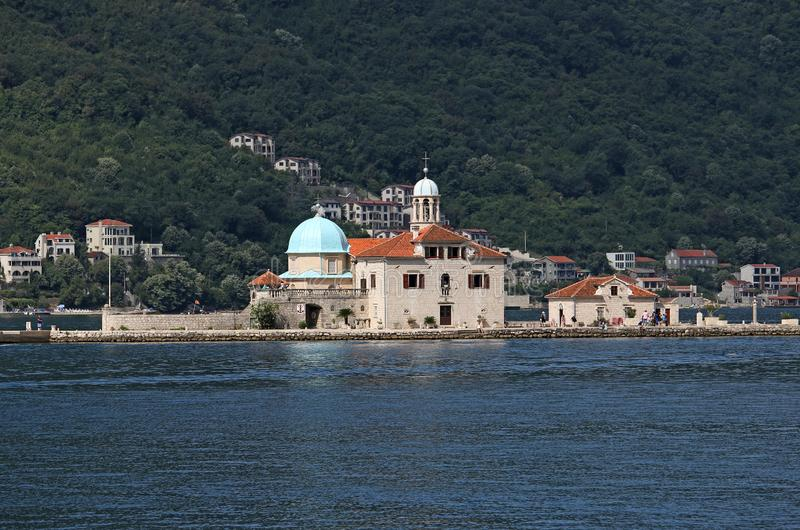 Nossa senhora da baía de Perast das rochas de Kotor Montenegro fotografia de stock