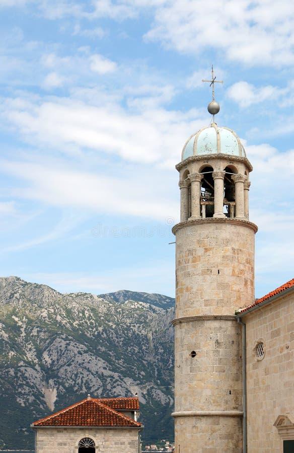 Nossa senhora da torre de igreja Perast do monastério das rochas Kotor fotos de stock
