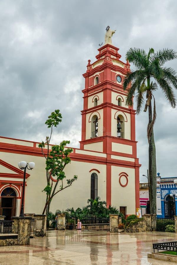 Nossa senhora de Candelaria Cathedral com a palma no primeiro plano, centro da cidade de Camaguey, Cuba fotografia de stock royalty free