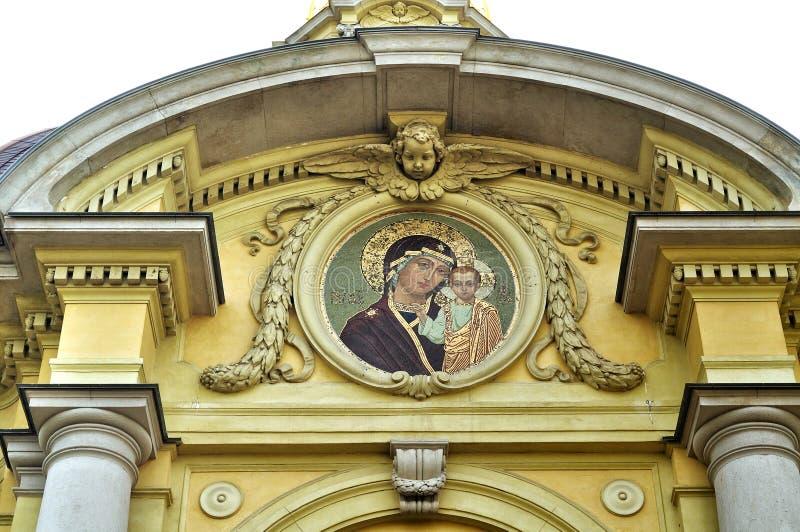 Nossa senhora de Kazan na fachada da casa imperial ducal grande do cofre-forte de enterro de Romanov, situada dentro do Peter e d foto de stock