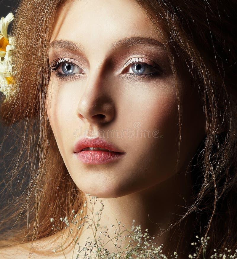 Nostalgi. Stående av den ödmjuka ödmjuka kvinnan med perfekt naturlig hud arkivbild