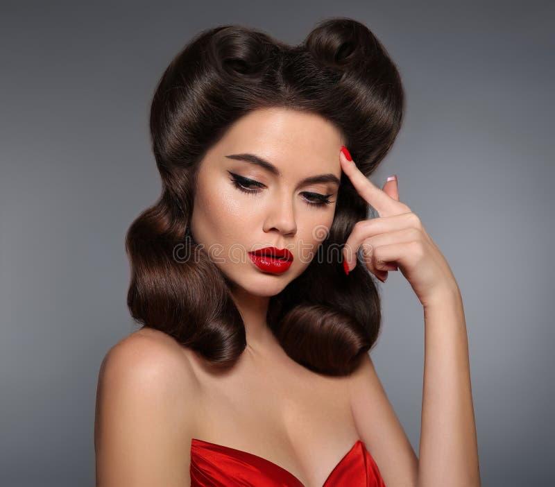 Nostalgia Pin sulla ragazza con trucco rosso delle labbra ed i retro capelli dei riccioli immagini stock