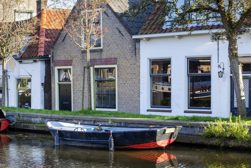 Nostalgia quayside met een oude boot in Schipluiden stock afbeeldingen