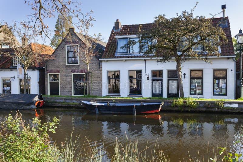 Nostalgia quayside met oude boten in Schipluiden stock foto