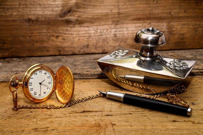 Nostalgia - reloj y pluma imágenes de archivo libres de regalías