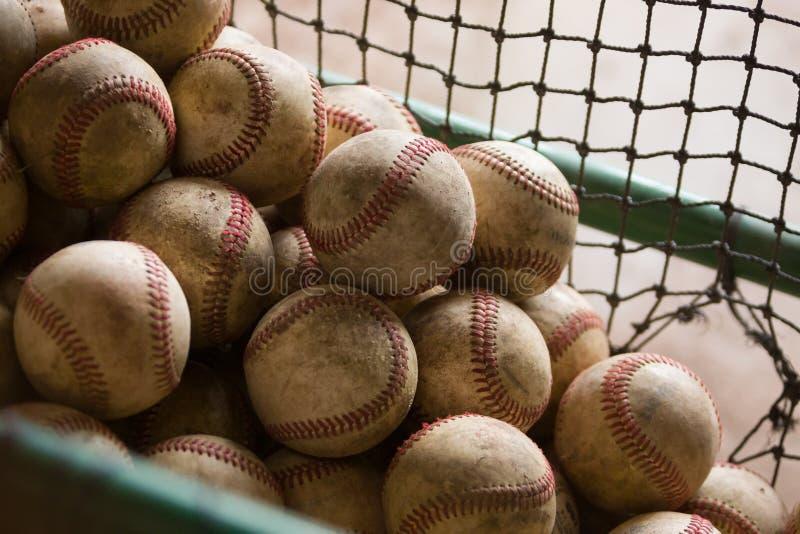 Nostalgiczny kosz Wiele Brudni i Przetarci baseballe zdjęcia stock
