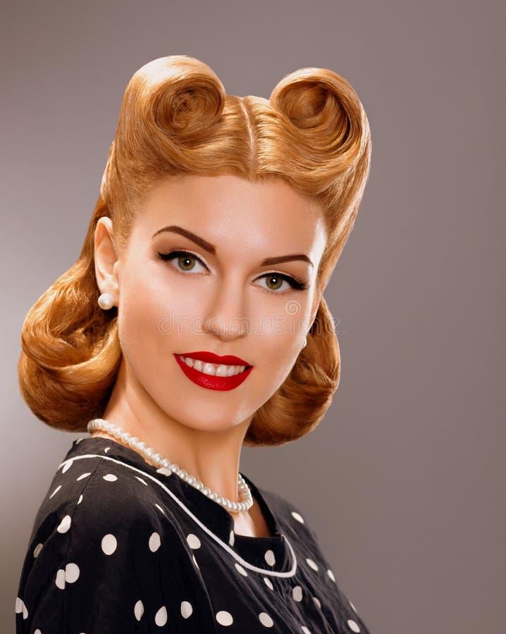 Nostalgie. Gestileerde Glimlachende Vrouw met Retro Gouden Haarstijl. Adel royalty-vrije stock afbeelding