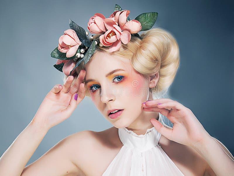 Nostalgie. Portret van Romantisch Blonde met Kroon van Bloemen. Uitdrukking stock foto