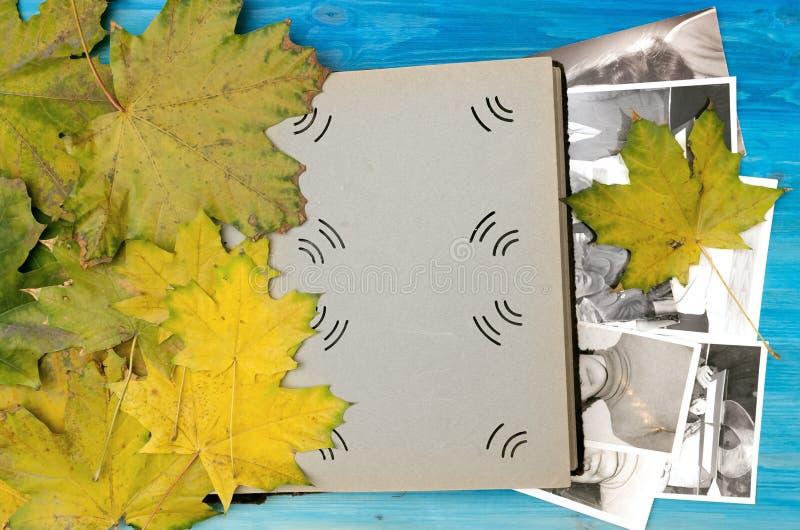 Nostalgieconcept gedenkschriften Het open uitstekende boek van het fotoalbum met blanco pagina's met exemplaarruimte royalty-vrije illustratie