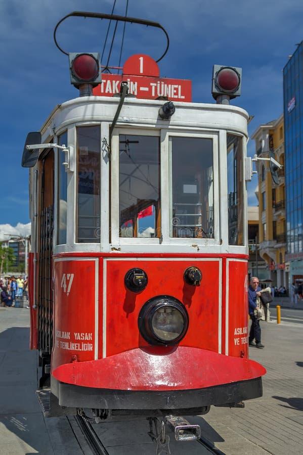 Nostalgische elektrische Straßenbahnen rote Weinlese Istanbuls stockfotos