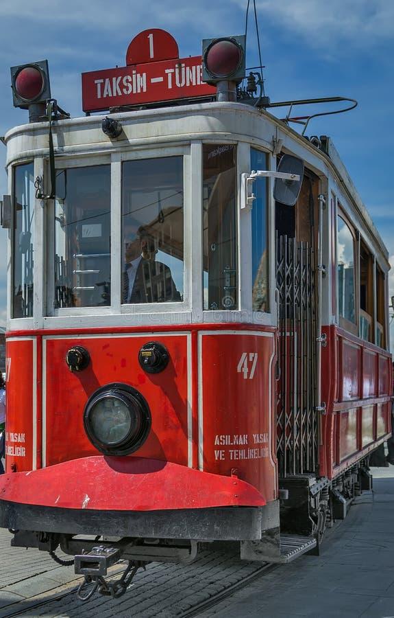 Nostalgische elektrische Straßenbahnen rote Weinlese Istanbuls lizenzfreie stockfotos