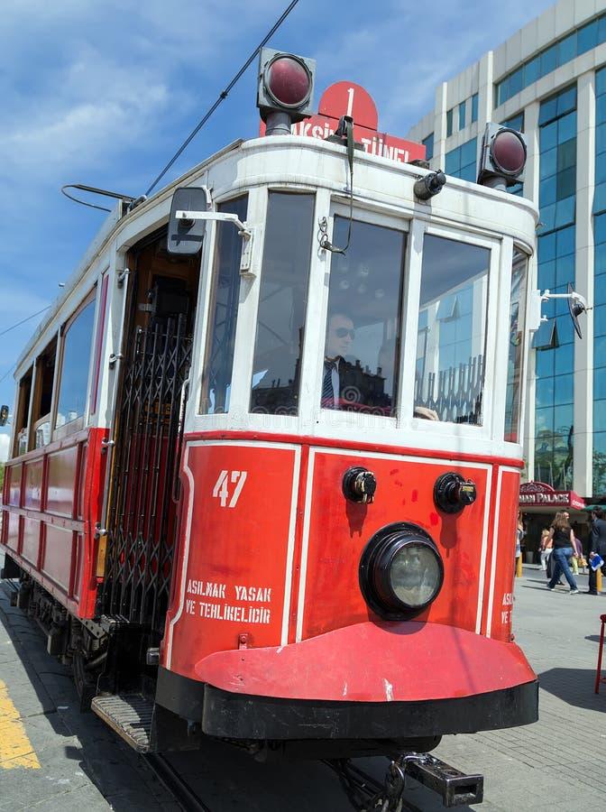 Nostalgische elektrische Straßenbahnen rote Weinlese Istanbuls lizenzfreies stockbild