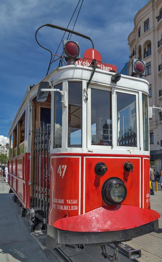 Nostalgische elektrische Straßenbahnen rote Weinlese Istanbuls stockbild