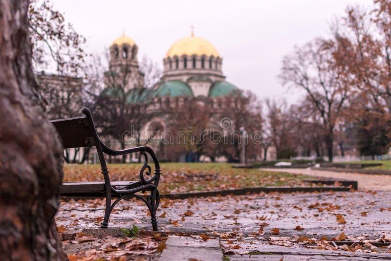Nostalgische Herbstansicht mit einem benach und Alexander Nevsky Ort lizenzfreies stockfoto
